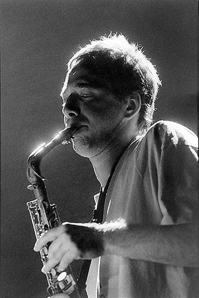 portrait de John Zorn au saxophone