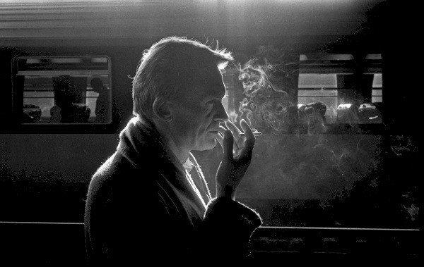 Portrait de Jean Echenoz avec une cigarette à la main